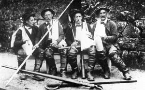 Eine Floßmannschaft der Enztalflößer, Bild von Karl Blumenthal, Wildbad, Archiv Fritz Barth sen.